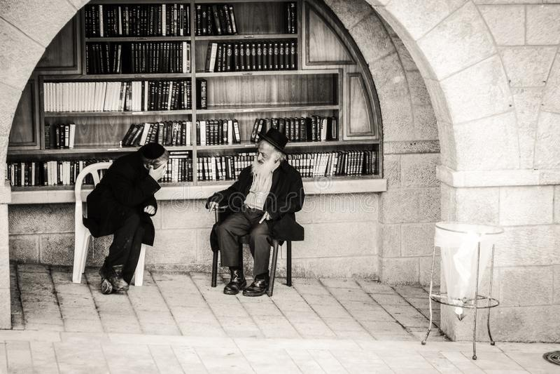 Правоверные евреи на западной стене в Иерусалиме стоковое изображение