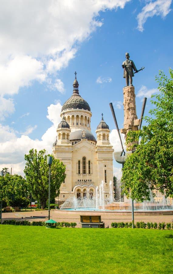 Правоверные собор и статуя Avram Iancu в Cluj Naspoca Трансильвании Румынии стоковое фото