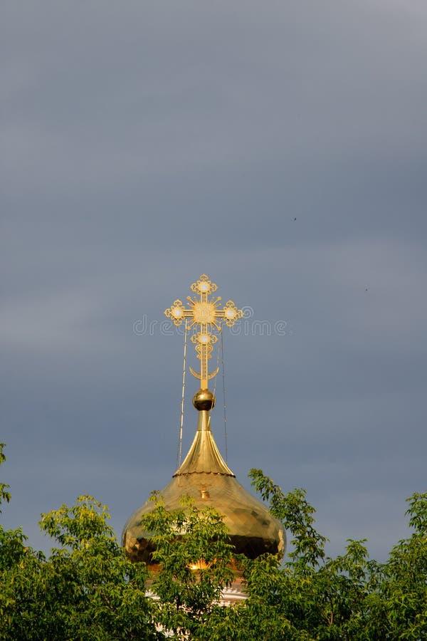 Правоверный крест на куполе золота стоковая фотография rf