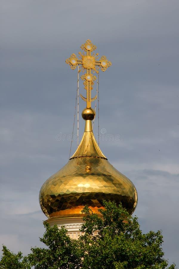 Правоверный крест на куполе золота стоковые фото