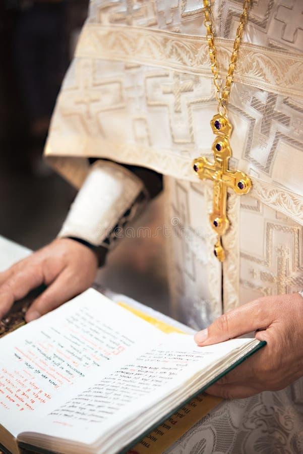 Правоверный священник с открытой библией стоковое фото rf