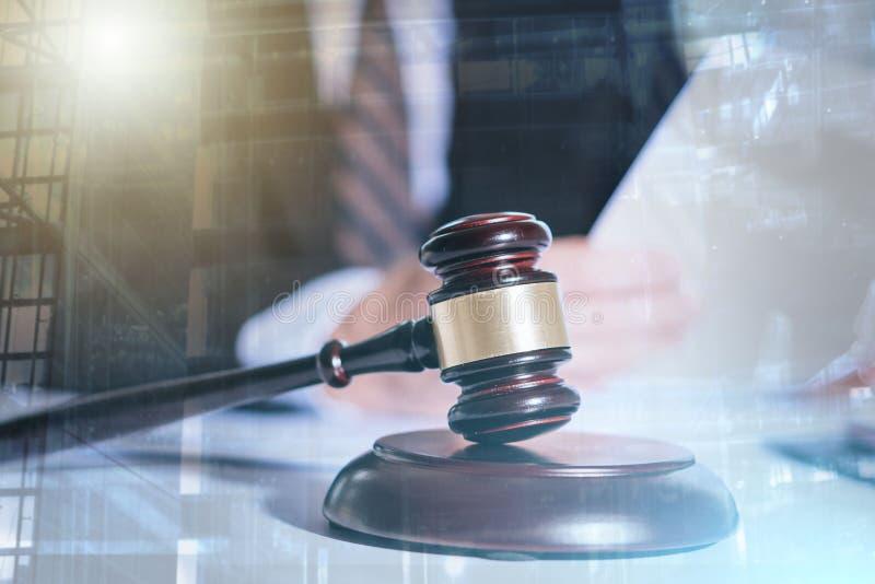Правовой документ чтения юриста; множественная выдержка стоковое изображение
