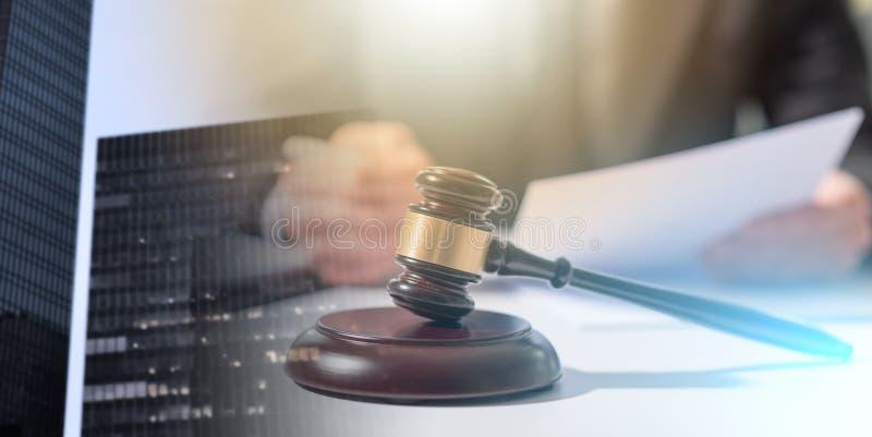 Правовой документ чтения юриста; множественная выдержка стоковое фото