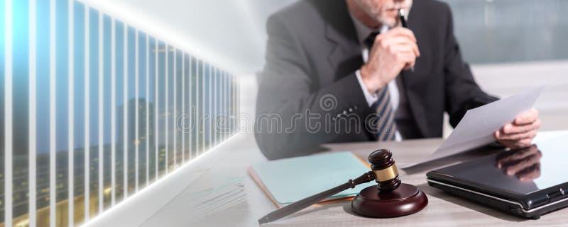 Правовой документ чтения юриста; множественная выдержка стоковая фотография