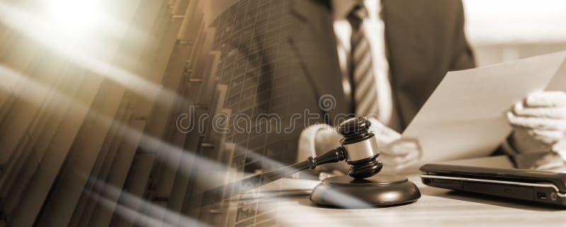 Правовой документ чтения юриста; множественная выдержка стоковое изображение rf
