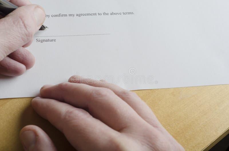 Правовой документ подписания руки стоковые изображения