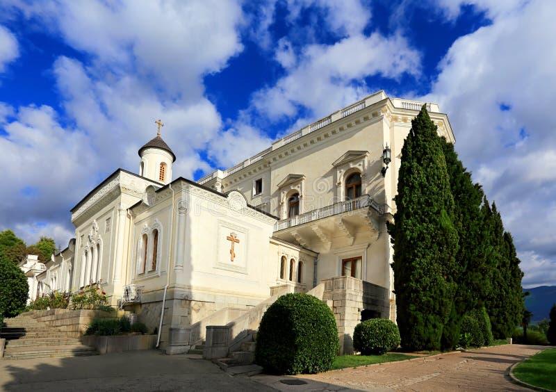 Православная церков церковь около белого дворца стоковое фото rf