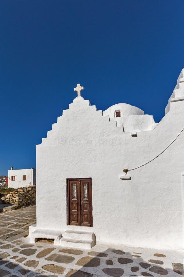Православная церков церковь прифронтового взгляда белая в Mykonos, Греции стоковые фотографии rf