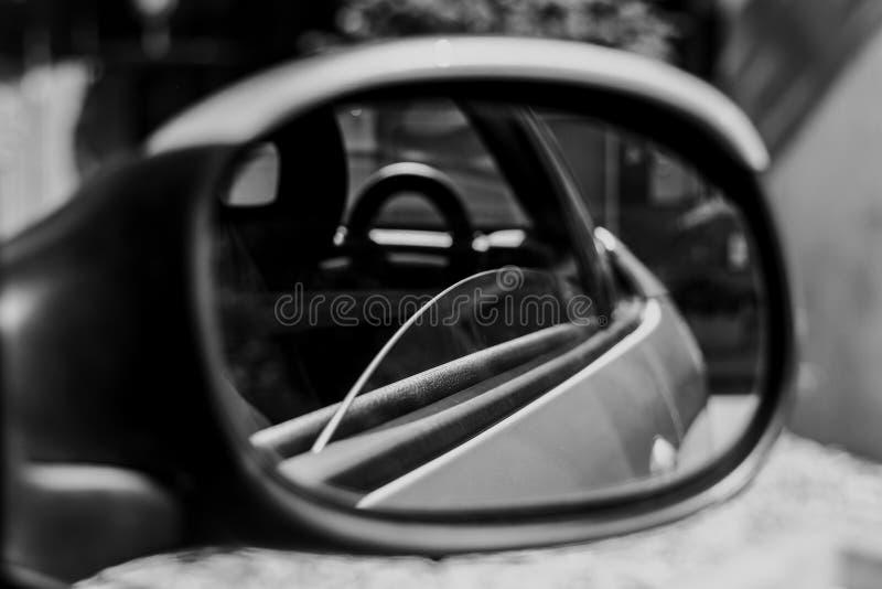 Право фронта зеркала автомобиля стоковое изображение rf