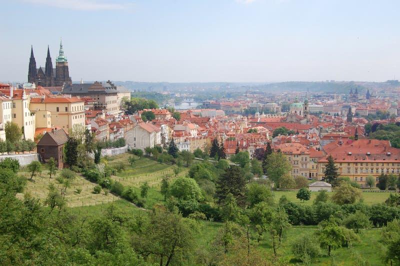 Прага Весна Холмы Beroun взгляд городка республики cesky чехословакского krumlov средневековый старый стоковое изображение