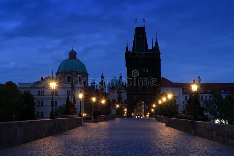 Прага, Карлов мост ночью Свет на мосту, построенный в средневековье Сумеречный вид на Прагу с голубым небом Путешествие стоковая фотография