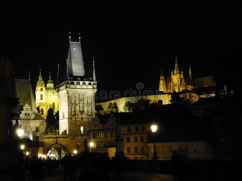 Прага к ноча с Карловым мостом и замком стоковые фото