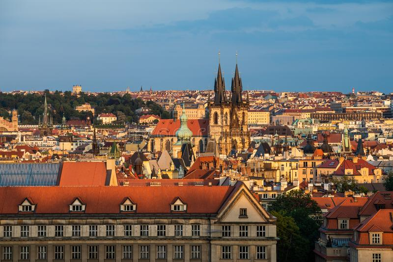 Прага на детали и взгляде захода солнца архитектурноакустических над городом стоковая фотография