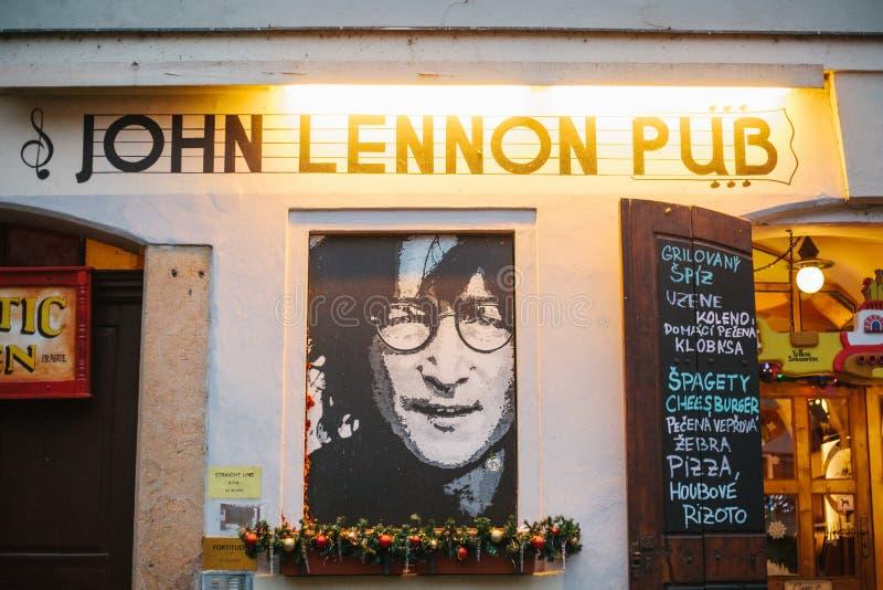 Прага, 14-ое декабря 2016: Визирования Праги Паб ` s Джон Леннон с портретом музыканта и меню с рождеством стоковое фото rf
