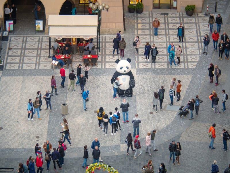 Прага, чехия - апрель 2019: Старая городская площадь, взгляд сверху Много туристы идя на квадрат и принимая съемку с стоковые изображения