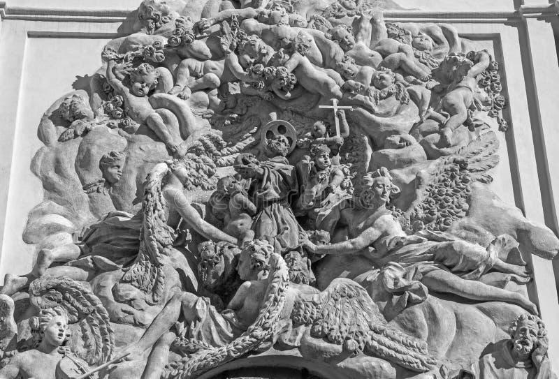 ПРАГА, ЧЕХИЯ: Барочный сброс апостола Св.а Франциск Св. Франциск Assisi над бортовым входом ¡ Ãho tÅ› Bazilika Svatého Jakuba VÄ стоковое изображение rf