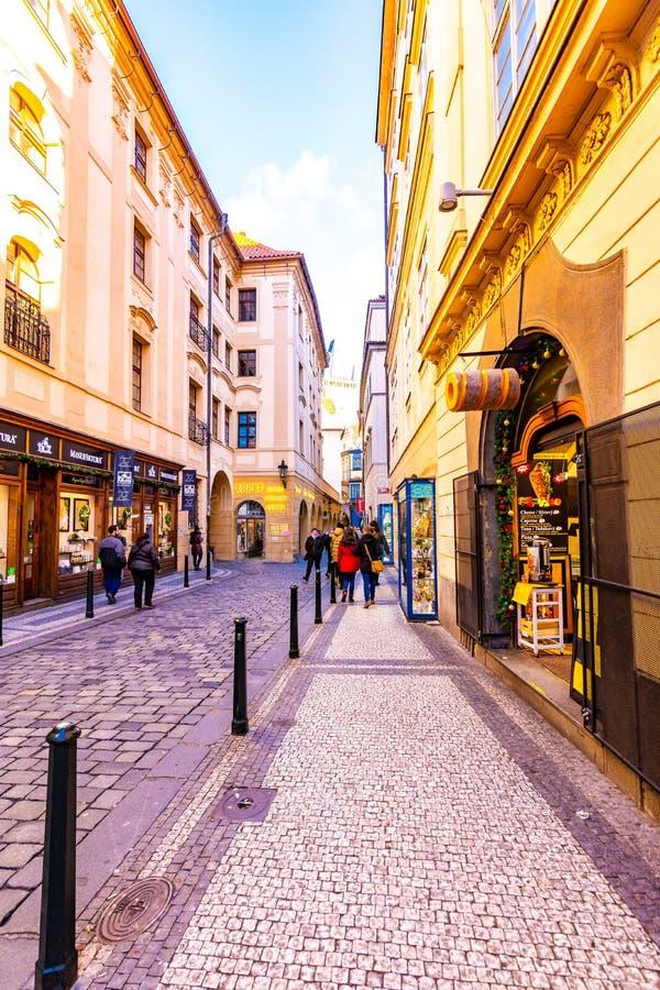 Прага, чехия - 1 12 2018: Исторический проход в городском центре Праги Магазины и ресторан в центре чехословакской столицы стоковое фото rf
