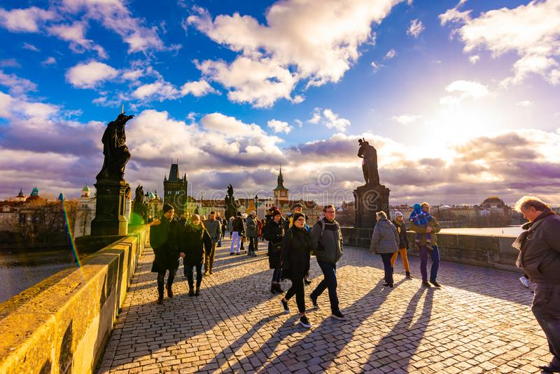 Прага, чехия - 1 12 2018: Карлов мост, старый мост над рекой Влтавы в Праге, столице чеха Туристский стоковые изображения
