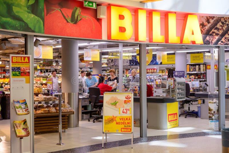 ПРАГА, ЧЕХИЯ - МАЙ 2017: Магазин Billa Теперь основала часть группы REWE, Billa в 1953 С больше чем 1000 магазинами оно I стоковое фото rf