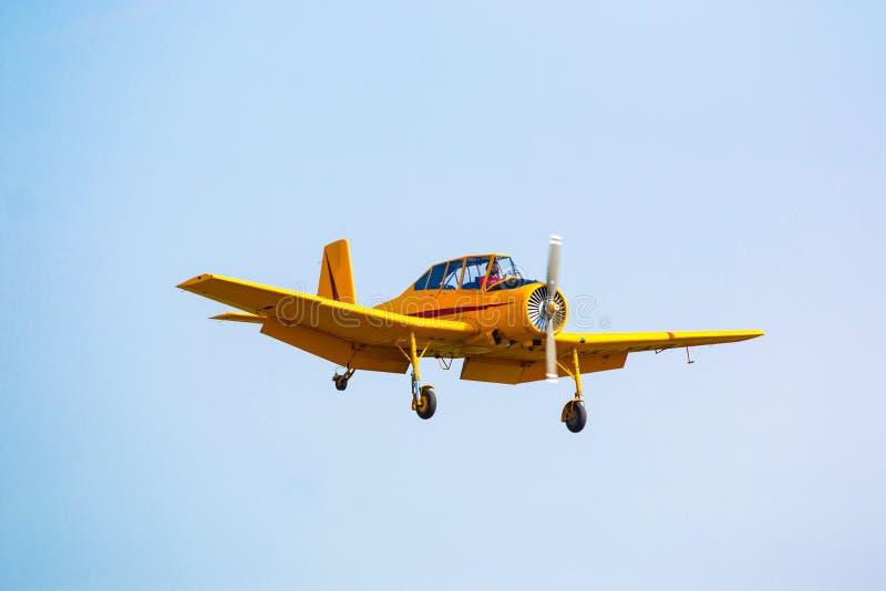 ПРАГА, ЧЕХИЯ - 9 09 2017: Одно воздушное судно Cmelak желтого цвета один двигателя места гражданское общего назначения в голубом  стоковая фотография rf