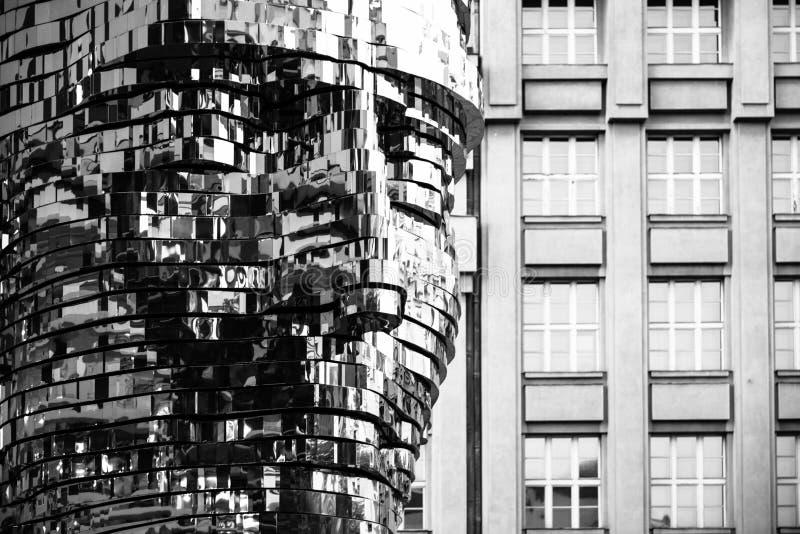 ПРАГА, ЧЕХИЯ - 17-ОЕ АВГУСТА 2018: Статуя Франц Кафка Скульптура лоснистого металла механически известного чеха стоковые изображения