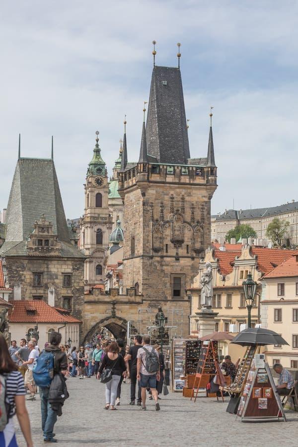 Прага, чехия - 26-ое апреля 2019 Туристский идти на исторический Карлов мост стоковые фото