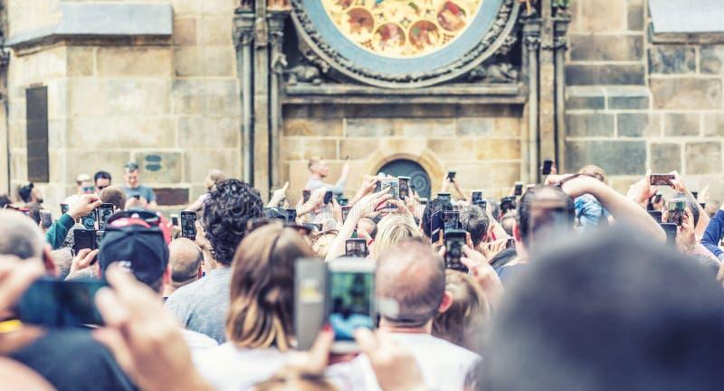 Прага, чехия - 26-ое апреля 2019 Туристы делают фото и видео на старой городской площади Примите изображения и всход стоковая фотография rf