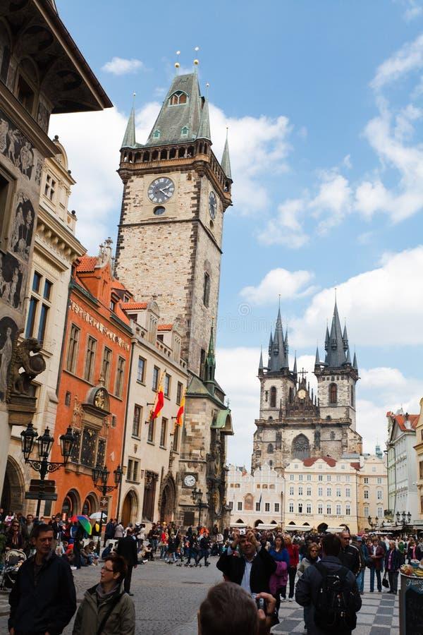 Прага, чехия, 5-ое Май 2011: Люди на старом квадратном городке около Orloj стоковые фотографии rf