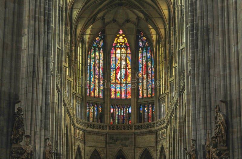 Прага; Чехия; 18-ое октября 2017; Интерьер собора St Vitus с цветным стеклом на заднем плане стоковые изображения rf