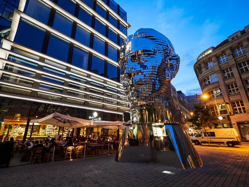 ПРАГА, ЧЕХИЯ - 4-ОЕ СЕНТЯБРЯ 2017 Статуя Франц Кафка, самая последняя работа художником Дэвидом Cerny, Прагой, чехией стоковая фотография