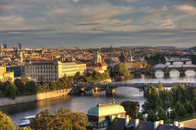 ПРАГА, ЧЕХИЯ - 5-ОЕ СЕНТЯБРЯ 2015: Фото взгляда реки и мостов Влтавы на заходе солнца стоковая фотография