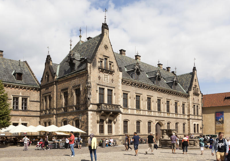ПРАГА, ЧЕХИЯ - 2-ОЕ СЕНТЯБРЯ 2015: Фото здания галереи людей в замке Праги стоковые фото