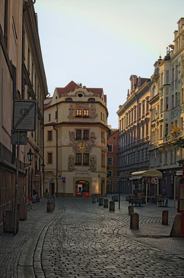 Прага, чехия: 23-ье августа 2017 - старая улица городка в раннем утре стоковое изображение