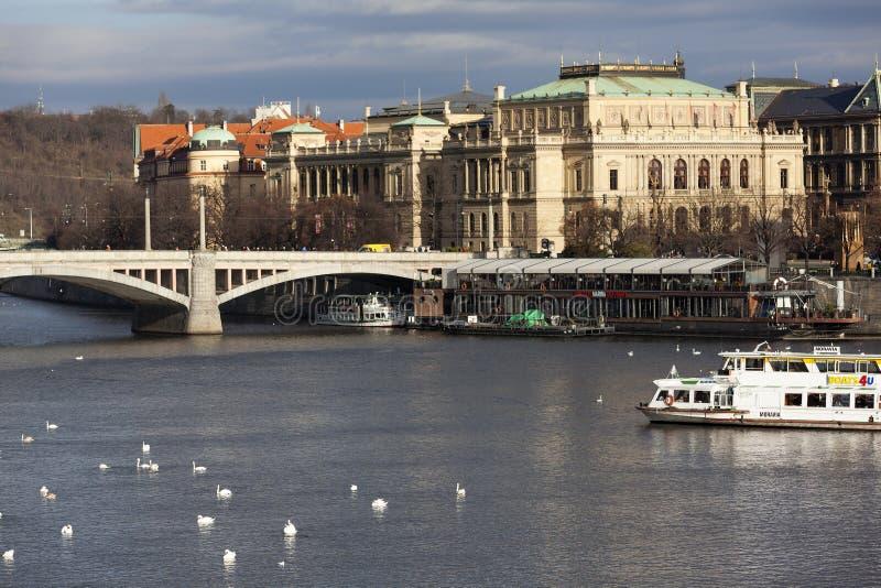 ПРАГА, ЧЕХИЯ - 23-ЬЕ ДЕКАБРЯ 2015: Фото моста и Rudolfinum Manesuv рекой Влтавой стоковая фотография rf