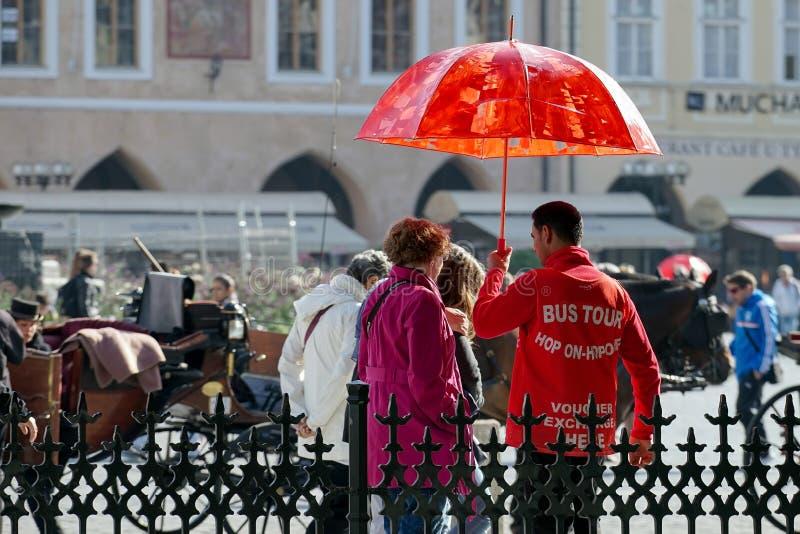 ПРАГА, ЧЕХОСЛОВАКСКОЕ REPUBLIC/EUROPE - 24-ОЕ СЕНТЯБРЯ: Туристический гид шины внутри стоковое изображение rf