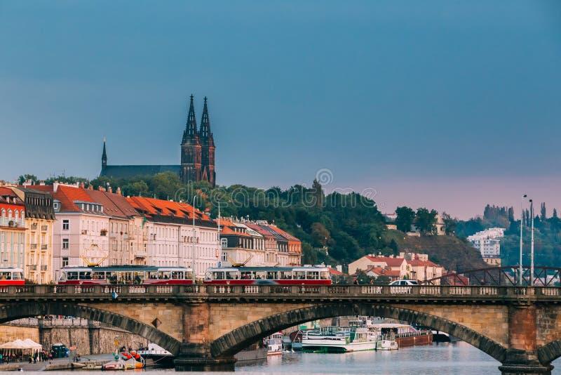 Прага, Чешская Республика Трамвай двигая в мост легиона в дне осени стоковое фото rf