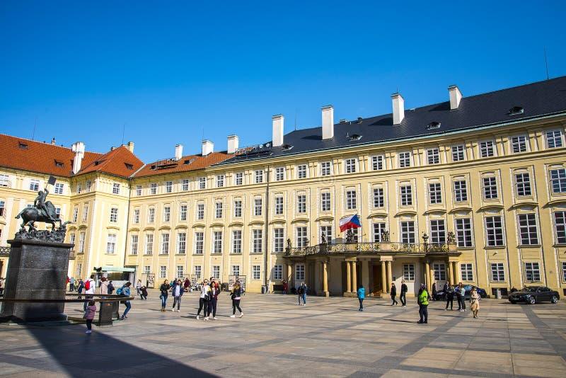 Пражский замок с видом на Прагу в Чехии стоковое фото rf