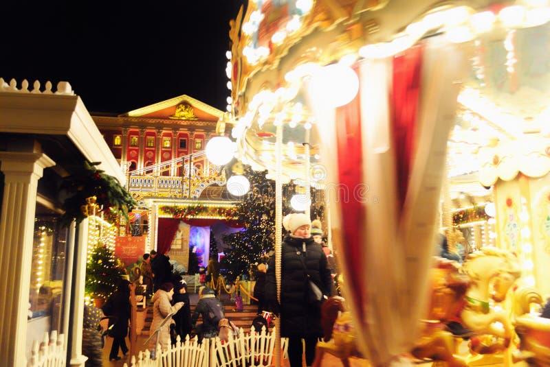 Праздненства зимних отдыхов с Carousel около офиса ` s мэра в Москве, России стоковое изображение rf