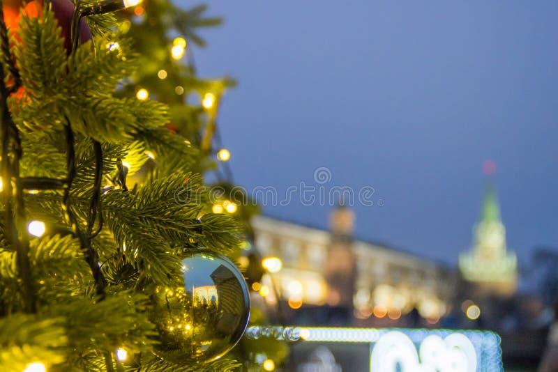 Праздники в Москве В квадрате рождественская елка накаляет, украшенный с шариками и красивое рождество забавляется конец-вверх стоковые изображения rf