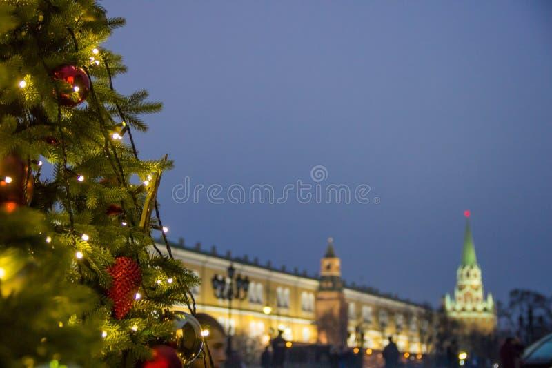 Праздники в Москве В квадрате рождественская елка накаляет, украшенный с шариками и красивое рождество забавляется конец-вверх стоковые фото