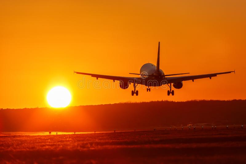 Праздники каникул захода солнца солнца авиации авиапорта самолета путешествуют tr стоковое фото rf