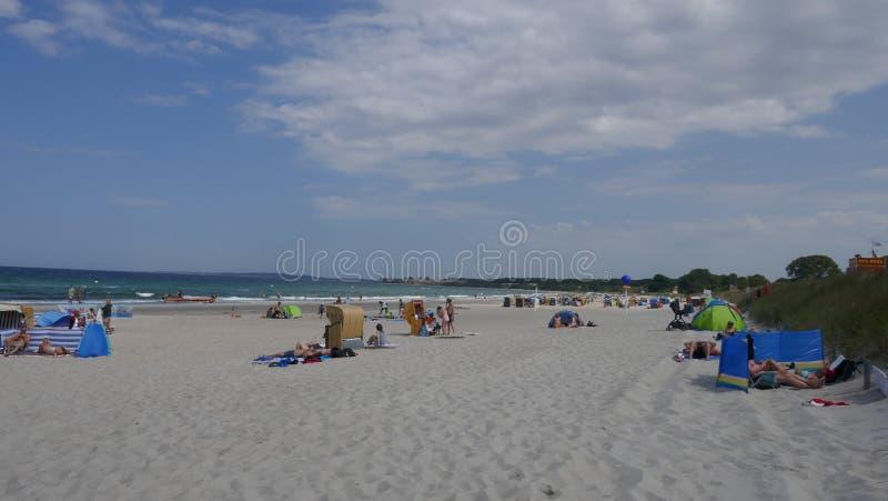 Праздники морем, на побережье Балтийского моря на длинном, песчаный пляж залива Hohwacht стоковое изображение rf