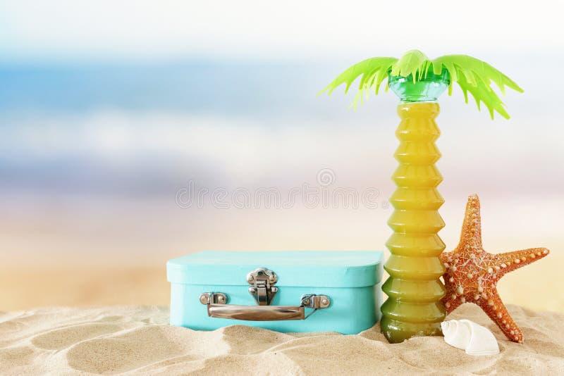 Праздники морской, каникул и изображение перемещения с объектами стиля морской жизни в песке пляжа стоковое изображение rf