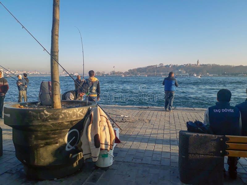 Праздник в рыболовах Стамбуле пляжа Karakoy стоковые фото