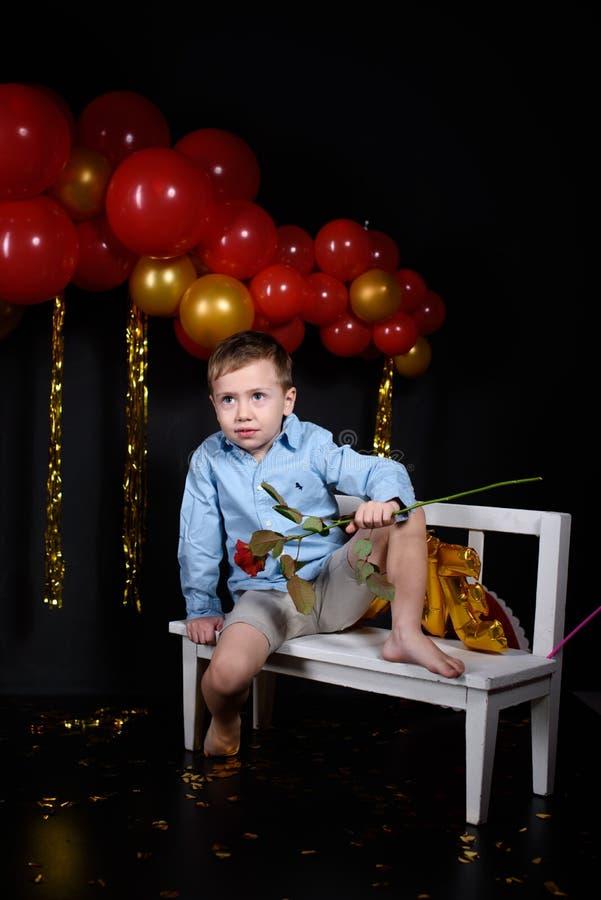 Праздник дня Валентайн Мальчик на день Валентайн с розой стоковые фотографии rf