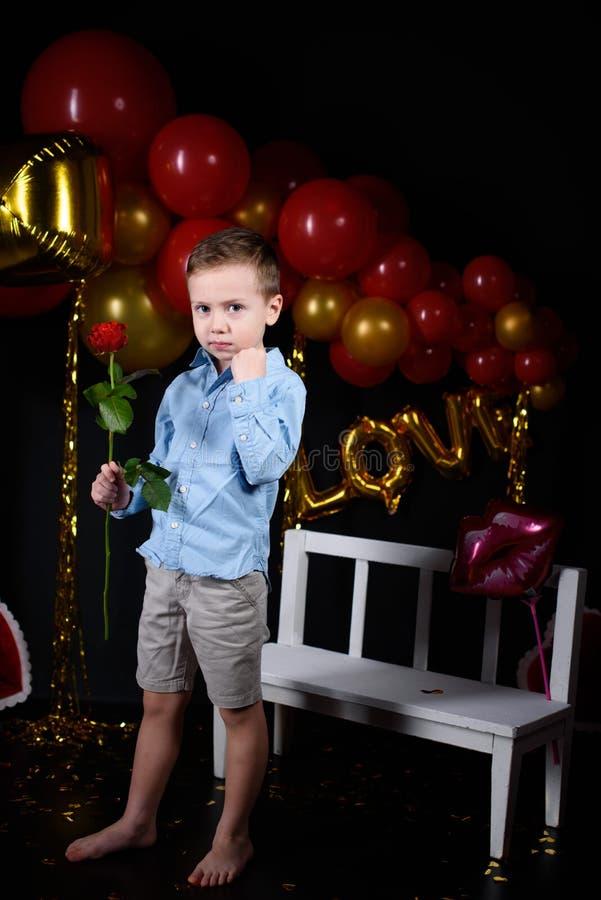 Праздник дня Валентайн Мальчик на день Валентайн с розой стоковое фото rf