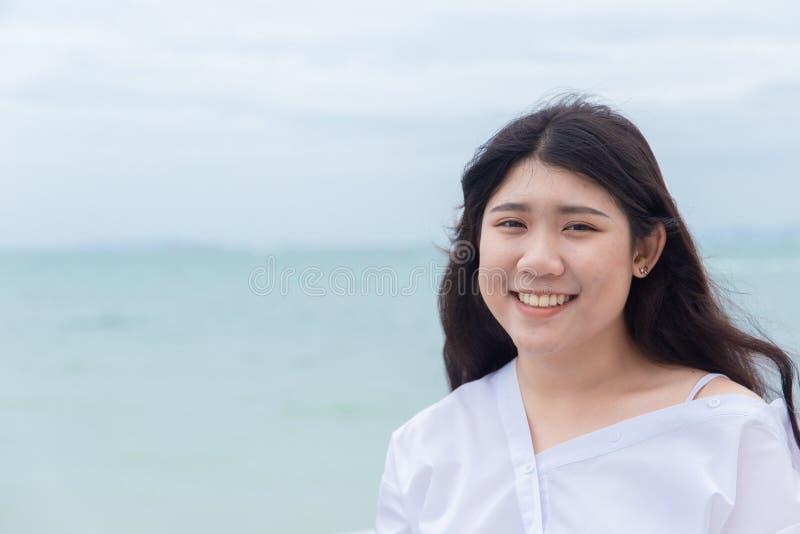 Праздник милой азиатской тучной предназначенной для подростков улыбки портрета зубастой счастливый стоковые фотографии rf