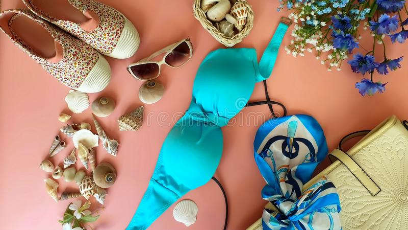 Праздник моря лета аксессуаров пляжа женщин на лете аксессуаров моды пляжа бикини женщин сумки sunglass джинсов белом стоковые фото