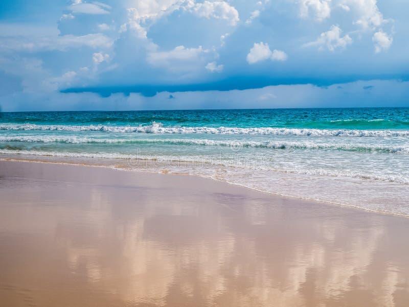 праздник тропический Песок моря andaman пляжа На пляже Surin, Phu стоковое изображение