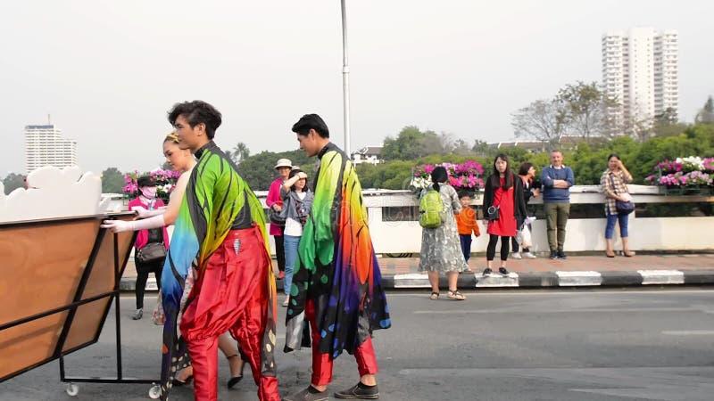 Праздник Чиангмая цветет орхидея цветков, красочная, люди дети, танцы, парад парада 2 february2018 сток-видео